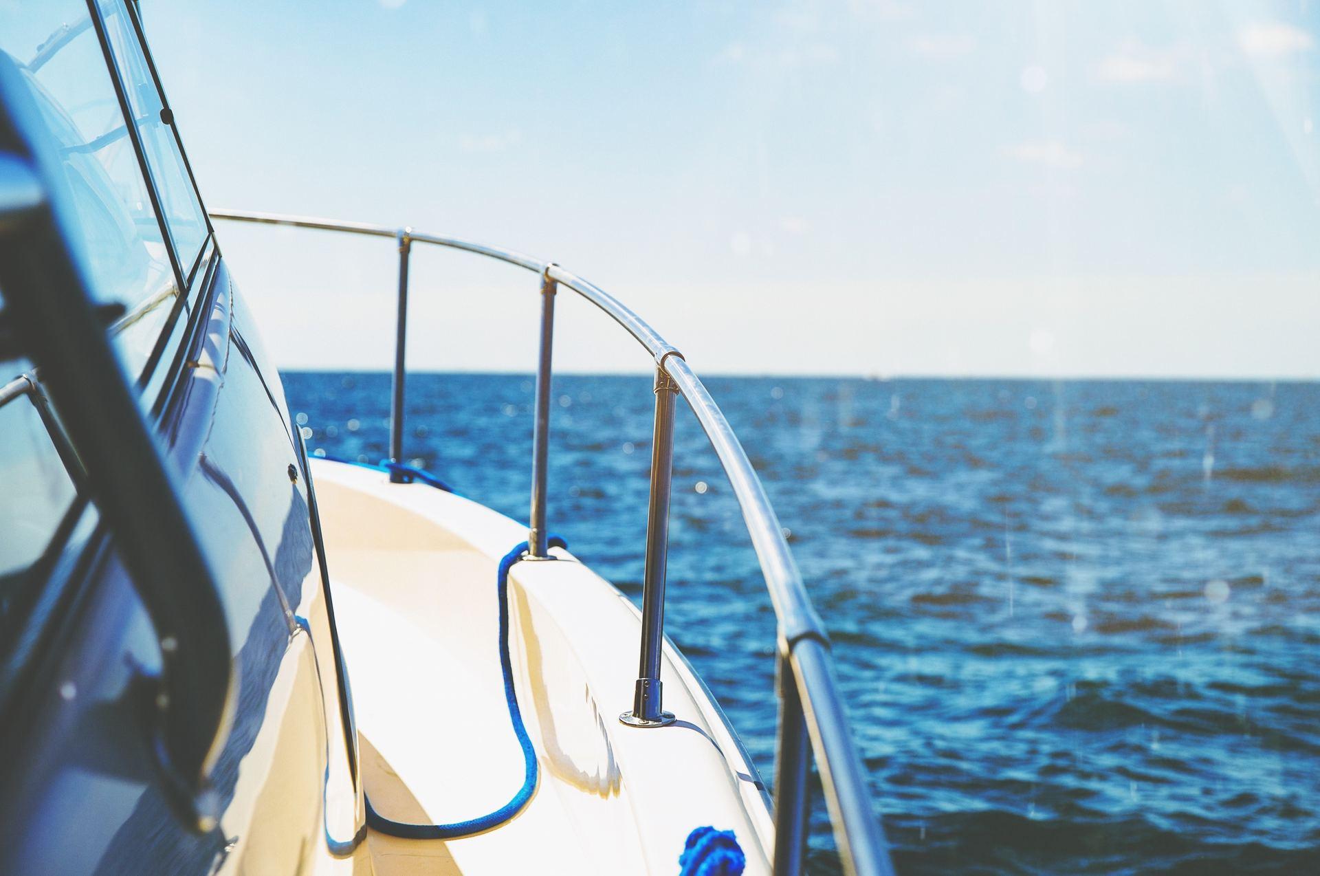 Ställ båten i hamnen i sommar